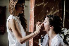 Muy concentrada maquillando a la novia :-)