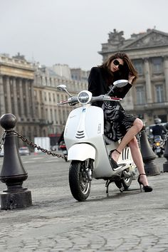 Vespa and cat eye sunglasses: from 1946 up to today with style Scooter Motorcycle, Motorbike Girl, Motorcycle Style, Vespa Girl, Scooter Girl, Motor Scooters, Vespa Scooters, Lady Biker, Biker Girl