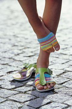 Mit dem kleinen Socken-Bikini kann man Zehensandalen oder Flip-Flops noch viel bequemer tragen. Hier gibt es die Strickanleitung dazu.