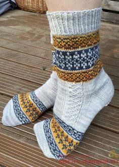 Knitting Patterns Socks **Free pattern Ravelry: Echoes from Karelia pattern by Tiina Kuu Crochet Socks, Knitted Slippers, Knit Mittens, Knitting Socks, Hand Knitting, Knit Crochet, Knit Socks, Crochet Cats, Crochet Birds