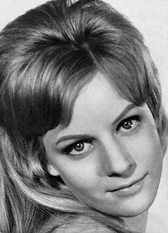 Heidi Rosemarie Brühl (* 30. Januar 1942 in München; † 8. Juni 1991 in Starnberg) war eine deutsche Schlagersängerin und Schauspielerin. Bereits als Fünfjährige nahm Heidi Brühl Tanzunterricht. Der Produzent und Regisseur Harald Braun erkannte ihr Talent und gab ihr eine kleine Rolle in dem 1954 erschienenen Film Der letzte Sommer als kleine Schwester der Hauptdarstellerin (gespielt von Liselotte Pulver). Doch erst die Immenhof-Filme machten sie in Deutschland bekannt. Sie spielte dort die…