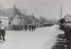 Het uitgaan van de school te Staphorst 1944 #Overijssel #Staphorst