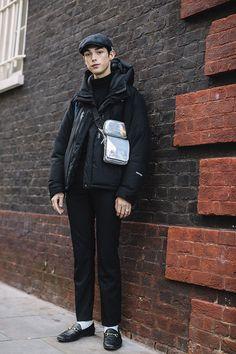 The london fashion week men's street style crowd achieved peak cozy London Fashion Week Mens, Mens Fashion Blazer, Knitwear Fashion, Cool Street Fashion, Casual Street Style, Fashion Books, Stylish Men, Menswear, Baby
