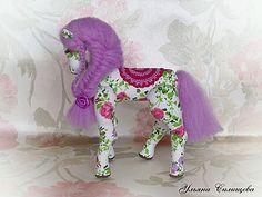 В преддверии Нового Года мы все задумываемся о подарках для своих близких и друзей. Я предлагаю сшить вот такую симпатичную цветную лошадку. Ну что ж начнем, пожалуй. Для изготовления данной игрушки нам понабятся: - хлопок любой расцветки, которая вам нравится; - наполнитель (я использую наполнитель из икеевских подушек); - шерсть для валяния подходящего оттенка и игла для валяния; - черные…