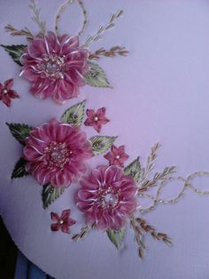 Rosa Embroidery Bags, Hand Embroidery Stitches, Silk Ribbon Embroidery, Embroidery Patterns, Ribbon Art, Ribbon Crafts, Band Kunst, Bead Sewing, Diy Crafts For Gifts