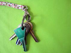 Tuto attache-clefs de sac. Très facile à réaliser, l'attache-clefs peut être rajouté à quasiment tous les patrons de sacs.