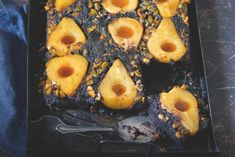 Obrácený hruškový koláč s karamelem a pistáciemi Pineapple, Menu, Baking, Fruit, Food, Menu Board Design, Pine Apple, Bakken, Essen