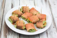 Super easy recipe for smoked salmon rolls with avocado cream. Perfect as starters, snack or maybe for a tapas dinner. They taste delicious! Quick Healthy Lunch, Healthy Snacks, Healthy Recipes, Tapas Dinner, Smoked Salmon Recipes, Bruchetta, Salmon Avocado, Eat Fat, Gourmet Recipes