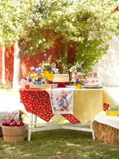 table setting for outdoor porch party  #countryliving #dreamporch