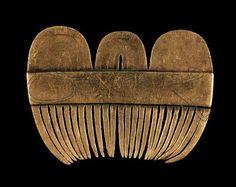 Peineta do Tesouro de CALDAS DE REIS (tesouro das Silgadas), I a.C. Museo de Pontevedra.  Fue D. Amalio Touceda quien persoalmente lo encontró. Se calcula que en origen tenía un peso de 27 kgs., hoy 14,9 Kgs., y está expuesto en el Museo de Pontevedra. Es el tesoro de mayor peso encontrado en la península Ibérica, así como uno de los más importantes de Europa. Según los estudios arqueológicos realizados, este tesoro data del periodo 1500-1600 a.C.