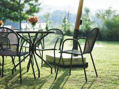 emu CAMBI ROUND TABLE M / エミュー カンビ ラウンドテーブル M - インテリア・家具通販【FLYMEe】 Outdoor Chairs, Outdoor Furniture Sets, Outdoor Decor, Emu, Home Decor, Decoration Home, Room Decor, Garden Chairs, Home Interior Design