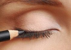 Eyeliner hacks are essential for all makeup junkies. Add these 17 great eyeliner tips, tricks and hacks to your collection! Makeup Tips For Small Eyes, Eye Makeup Tips, Beauty Makeup, Lila Eyeliner, Pencil Eyeliner, Purple Eyeliner, Top Eyeliner, Perfect Eyeliner, White Eyeliner