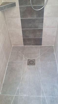 Kleiner duschraum Roll-in shower floor Roll-in shower floor How To Choose A Tool Box Yo Bathroom Tile Designs, Bathroom Design Small, Bathroom Layout, Bathroom Interior Design, Narrow Bathroom, Master Bathroom, Bathroom Ideas, Small Shower Room, Small Showers