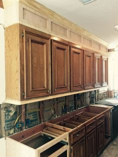 Kitchen cabinets to ceiling - How To Make Ugly Cabinets Look Great! – Kitchen cabinets to ceiling Kitchen Cabinets To Ceiling, Kitchen Soffit, Old Cabinets, Painting Kitchen Cabinets, Kitchen Paint, Kitchen Redo, Long Kitchen, Refinish Kitchen Cabinets, 1960s Kitchen