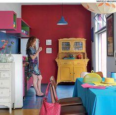Na casa da arquiteta Adriana Yazbek, o armário antigo recebeu pintura amarela e agora fica na cozinha. Essa cor foi o ponto de partida para a escolha das outras.