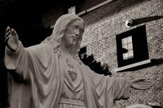 휴일날 사진 한 장 | 포스토 사진과제를 찾으러 헤이리 근처에 있는 '참회와 속죄의 성당'에서 촬영한 사진이다..  오늘 문득 이 사진이 생각났다.  지금은 희망을 이야기하는 것보다 용서와 배려가 더욱 필요할 것 같다.  모두가 할 수 있는 일은 별로 없고 신에게 기도해야만 하는 오늘이다.