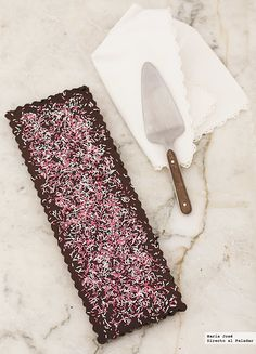 Tarta rápida de chocolate. Con base de galletas y crema o ganache de chocolate para el relleno. GANACHE/CREMA DE CHOCOLATE: Misma cantidad de nata que de chocolate de repostería y 1/8 parte de mantequilla.  Se puede usar también magdalenas o bizcochos de soletilla para la base. Si se quiere algo más elaborado, se puede hacer un bizcocho y usar la crema de relleno y cobertura.