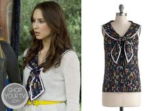 Spencer Hastings (Troian Bellisario) wears this multicolor key print knotted collar top in this week's episode of Pretty Little Liars. Pretty Little Liars Spencer, Pretty Little Liars Outfits, Pretty Little Liars Seasons, Fashion Tv, Star Fashion, Fashion Outfits, Pll Outfits, Celebrity Outfits, Spencer Hastings Style