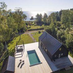 Titta in i sommarhuset i Stockholms skärgård – nu kan det bli ditt Modern Barn House, Modern Cottage, Black House Exterior, Interior Exterior, Exterior Paint, Exterior Design, Chalet Quebec, Cabin Design, House Design