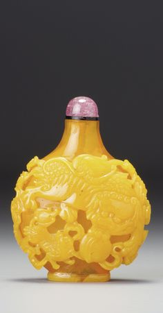 A YELLOW OVERLAY GLASS SNUFF BOTTLE QING DYNASTY, QIANLONG PERIOD