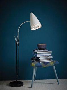 Vintage-tyylinen mustavalkoinen Jive-lattiavalaisin kromisilla yksityiskohdilla. Jive sopii myös retrotyyliin! Desk Lamp, Table Lamp, Lighting, Vintage, Home Decor, Table Lamps, Decoration Home, Room Decor, Lights