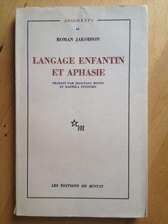 """#linguistique : Langage Enfantin Et Aphasie - Roman Jakobson. Les cinq écrits réunis dans ce volume le sont pour la première fois. Leur rédaction s'échelonne de 1939 à 1963. Ils ont pour sujet commun l'étude de l'acquisition du langage chez l'enfant et celle des syndromes aphasiques. Dès ses premiers travaux consacrés à ces deux questions, Roman Jakobson s'est attaché à l'hypothèse de leur liaison essentielle. Il nous dit en effet : """" En abordant deux sujets apparentés – l'apprentissage et…"""