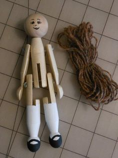 beweegbaar popje More Source by dolls Wood Peg Dolls, Clothespin Dolls, Clothes Pegs, Doll Clothes, Craft Stick Crafts, Crafts For Kids, Clothes Pin Ornaments, Dolly Doll, Wooden Pegs