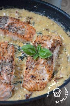 Łosoś w kremowym sosie ze szpinakiem i suszonymi pomidorami. Łosoś duszony w kremowym sosie ze szpinakiem i suszonymi pomidorami. Łosoś w sosie. Fish And Seafood, Tortellini, Steak, Pork, Food And Drink, Chicken, Recipes, Creamy Sauce, Dried Tomatoes