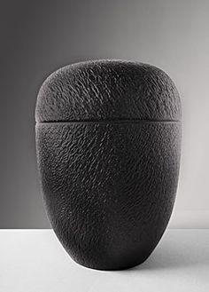 Friedemann Bühler   Holzobjekte  Urne aus geschwärztem Eichenholz ø 20 cm ↕ 28 cm