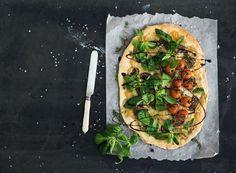 selbstgemachte Low Carb Pizza mit Gemüse auf schwarzem Hintergrund