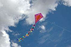Ahora que el tiempo acompaña y las tardes son más largas, construye tu propia cometa y disfruta volándola.     Material necesario  . 2 vari... Stem Projects, Projects To Try, Homemade Kites, Kite Designs, Go Fly A Kite, Paper Crafts, Diy Crafts, Candyland, Playground