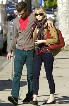 Emma Stone And Andrew Garfield Adopt Adorable Golden Retriever Ren Celebrity Look, Celebrity Couples, Emma Stone Blonde, Emma Stone Andrew Garfield, College Wardrobe, Glamour, Famous Couples, Fashion Couple, Casual Wear