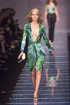 See the complete Versace Spring 2000 Ready-to-Wear collection.
