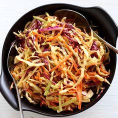 Amerikanisches Rezept für Coleslaw Krautsalat, der eine beliebte Beilage für Burger und Sandwiches ist. Bei einem richtigen BBQ darf Coleslaw nicht fehlen.