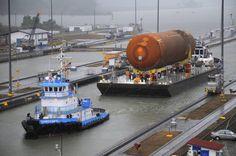 Un tanque externo de combustible de la NASA, pasando por el Canal de Panamá.