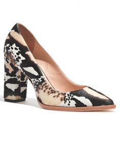 Pourquoi choisir entre séduction et confort ? Cet hiver, à notre grand bonheur, les talons carrés s'installent sur les chaussures les plus tendances. Escarpins, bottines ou ballerines… Voici une sélection de 20 chaussures à talons carrés pour vous aider à choisir les vôtres http://www.elle.fr/Mode/Le-guide-shopping/Automne-Hiver-2014-2015/Les-souliers-a-talons-carres-la-tendance-de-l-hiver