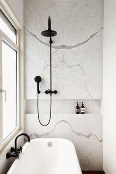 torneiras pretas + revestimento tipo mármore + estante embutida