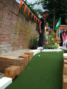 Minigolf in your garden Golf Putting Green, Crazy Golf, Miniature Golf, Back Gardens, Water Features, Golf Courses, New Homes, Backyard, Construction