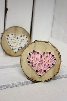 DIY sweet gift for Valentine's Day, Mother's Day or as a decoration: Tree disc with heart in string Art ♡ - Geschenk - Valentinstag Valentine Tree, Valentine Day Crafts, Diy Tree, String Art Diy, Saint Valentin Diy, Tree Slices, Diy Crafts To Do, Creative Crafts, Yarn Crafts