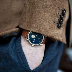 Montre en acier inoxydable de la marque suédoise Triwa. Un modèle élégant avec un bracelet en cuir lisse marron, un cadran champagne et un fond bleu marine