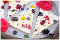 Habt Ihr schon mal was von Frozen Yogurt Barks gehört? Wenn nicht, dann müsst Ihr diesen eisgekühlten und gesunden Snack unbedingt probieren.