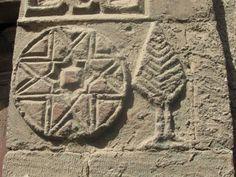 """El Sol de los Pastos::.La estrella de ocho puntas o """"Sol de los Pastos"""" es figura reiterada  en la cultura material precolombina del sur de Colombia. Esta particular forma está determinada por el cuadrado y su construcción  a partir de las prolongaciones de dos pares de líneas horizontales  y verticales cruzadas son la base para proyectar desde el centro de  cada uno de los lados del cuadrado los ángulos o puntas."""
