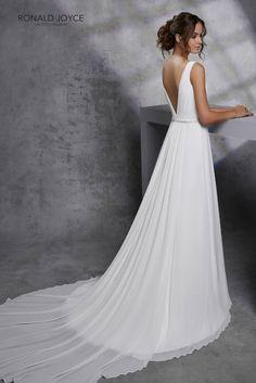 05e21f827b Lágy esésű, A - vonalú, vállpántos organza esküvői ruha, V -  nyakkivágással. A menyasszonyi ruhát az ezüst kristállyal díszített öv  teszi rendkívül ...
