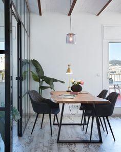 Tafel met blad van massief natuurlijk acaciahout. Voeten metaal. #eettafel #eetkamer #eethoek #diningroom #diningarea #interieurinspiratie #woonstyling #boomstamtafel