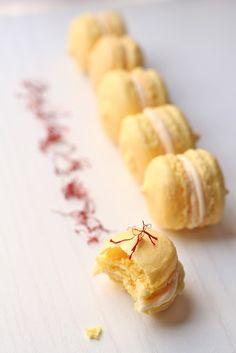 Saffron Macarons wit
