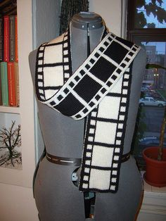 Film strip scarf in double-knitting. No pattern. Double Knitting Patterns, Loom Patterns, Crochet Patterns, Knitted Shawls, Crochet Scarves, Knit Crochet, Crochet Blankets, Film Strip, Knitting Accessories