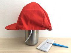 長期休みに子どもが持ち帰ってきた赤白帽子、使い古してゴムが伸びきっていませんか? 以前、【5分で簡単】赤白帽のゴムを手縫いで付け替える2つの方法をご紹介しましたが、今回は少し手間をかけて、よりきれいに付け替えができる方法…