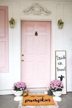 Looking to add some curb appeal to your entrance! I share how I got a new wooden door and gave it a modern makeover with pink paint! You can go with any colors, but isn't there something about a pink door? Plus tips on porch dec Wooden Front Door Design, Wooden Front Doors, Door Paint Colors, Front Door Colors, Front Door Mats, Front Door Decor, Front Door Makeover, Front Porch, Budget Home Decorating