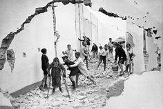 Children Playing in the Ruins, Seville, 1933 par Henri Cartier-Bresson