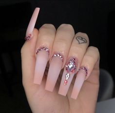 Prized by women to hide a mania or to add a touch of femininity, false nails can be dangerous if you use them incorrectly. Types of false nails Three types are mainly used. Bling Acrylic Nails, Aycrlic Nails, Glam Nails, Best Acrylic Nails, Rhinestone Nails, Bling Nails, Stiletto Nails, Nails Kylie Jenner, Cute Acrylic Nail Designs